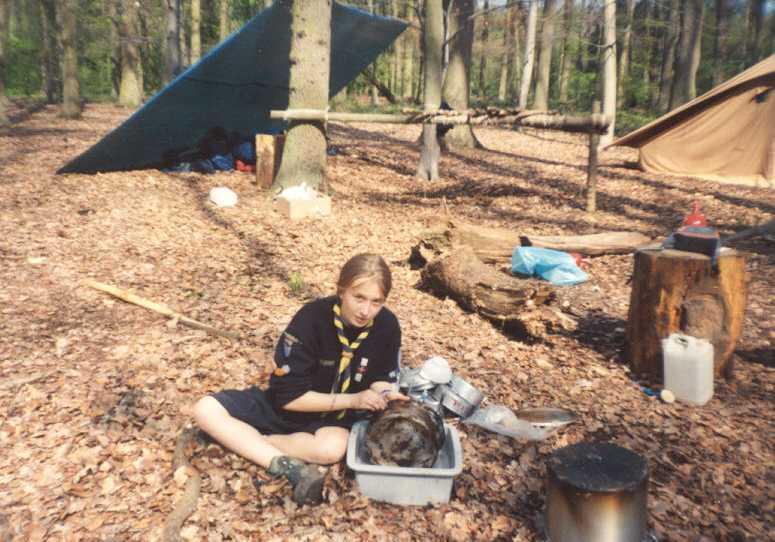 Pendant un camp de Pâques, Alix, seconde de Tifounette, se fait exploitée pour la vaisselle (1998)