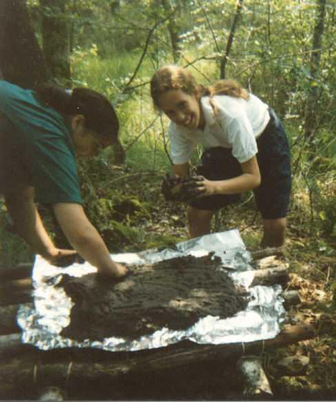 Premier camp de guides en 1993 : Titi fait de la boue pour la table à feu !