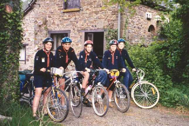 Les GA à l'action, route à vélo, en Bretagne (et sans pluie !). Titi est au milieu. (Pâques 1998)