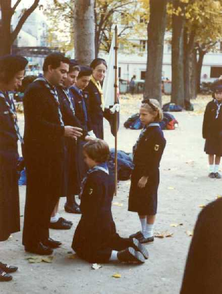 Titi est bien petite ! Promesse louvette sous le regard attentif de sa cheftaine de groupe (à gauche) !!! (1989)